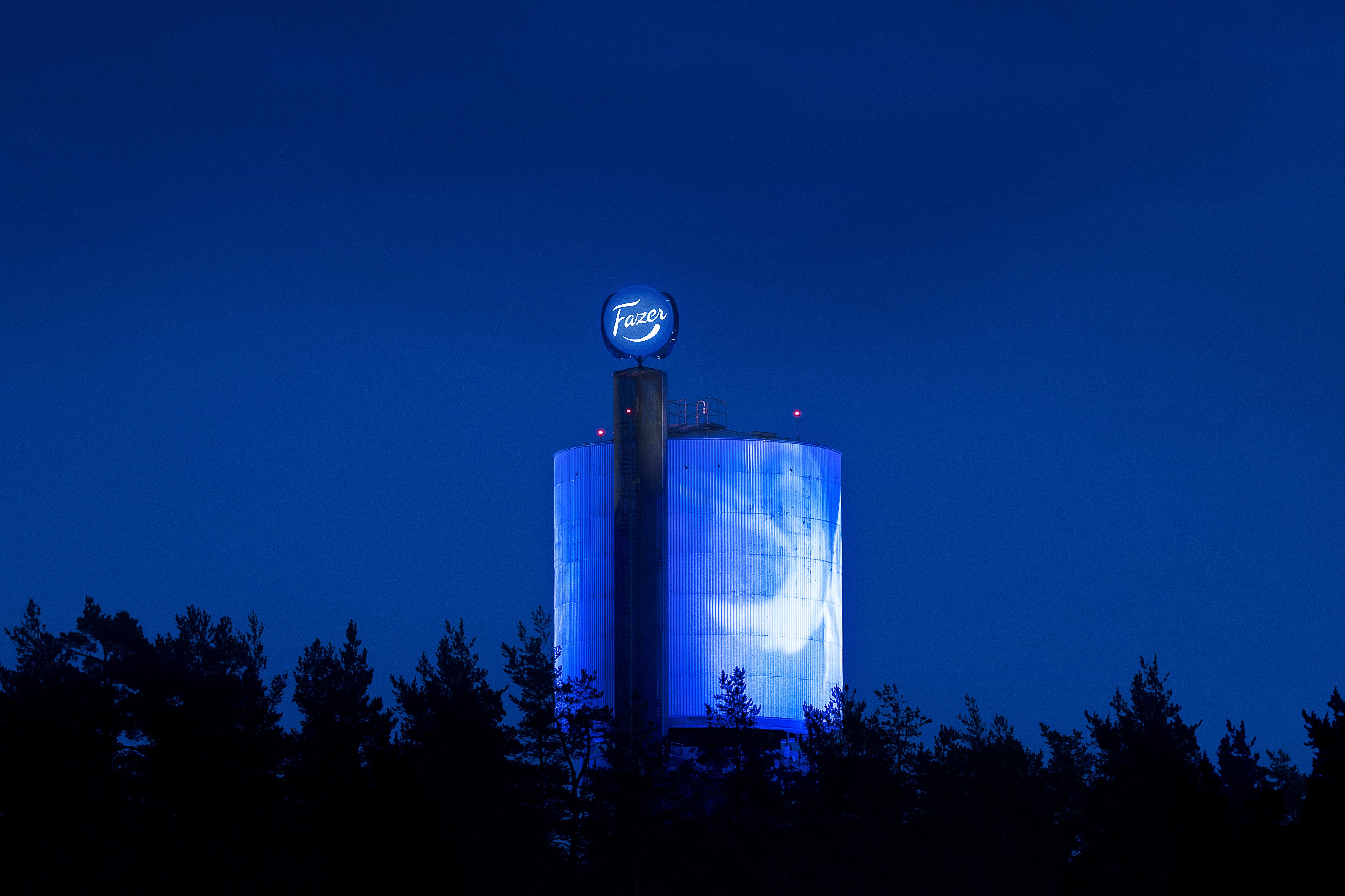Grano teki valtavan valomainoksen vesitornin huipulle