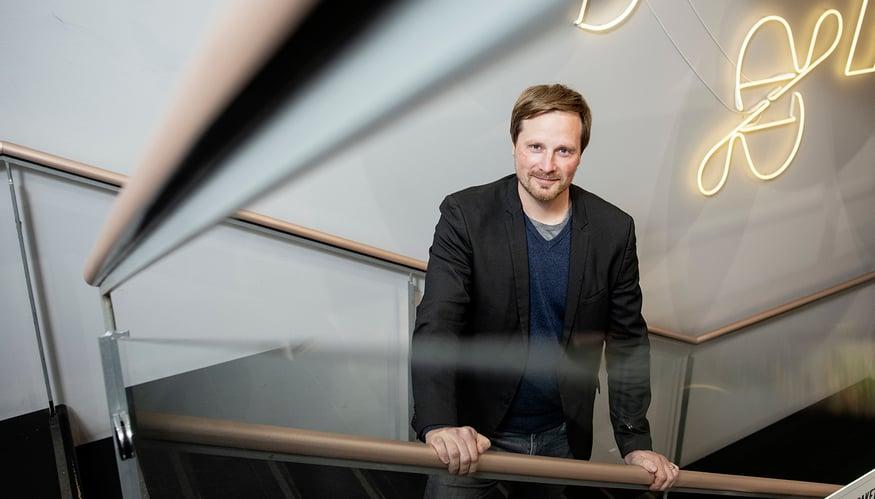 Granon toimitusjohtaja Pekka Mettälä nojaa CovidSafe-virusteipattuihin kaiteisiin